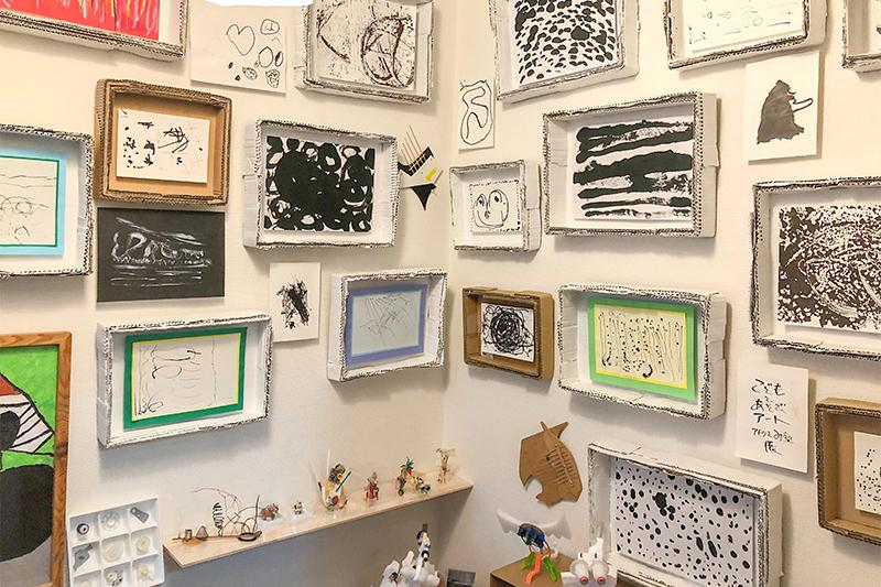 3_Picture of gallery of children's works in Mr. Mizuno's atelier_水野先生のアトリエにある子どもたちの作品のギャラリーの写真