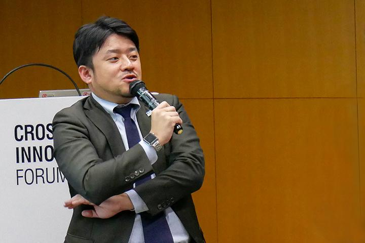24_発表する光村氏の様子_Picture of Mr.Komura at Cross Value Innovation Forum 2018.jpg