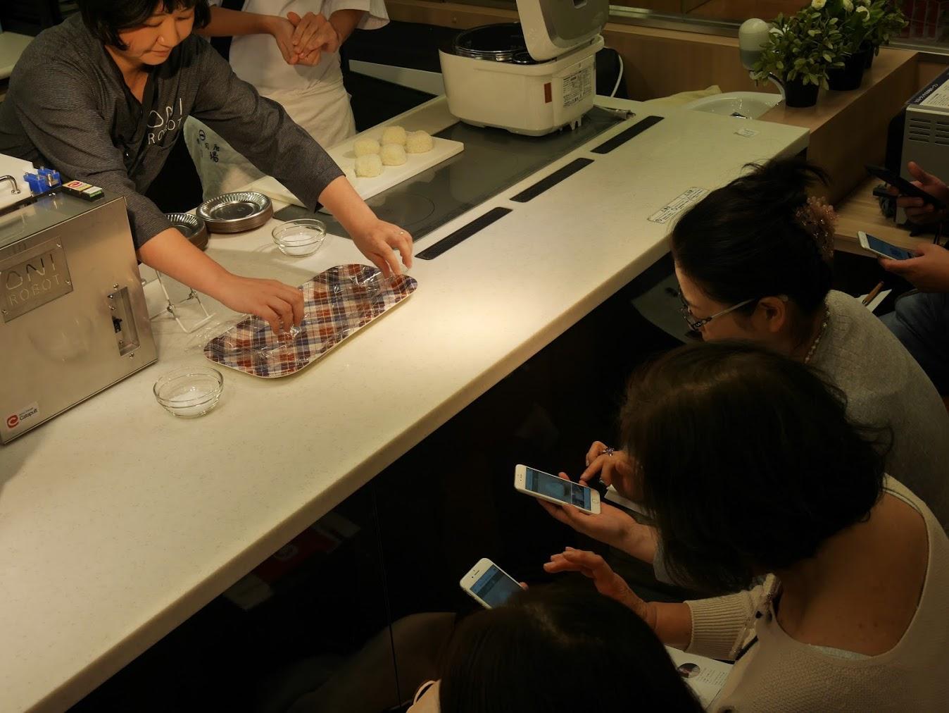 11_アプリを確認する参加者の皆さま_Attendees trying OniRobot app.JPG
