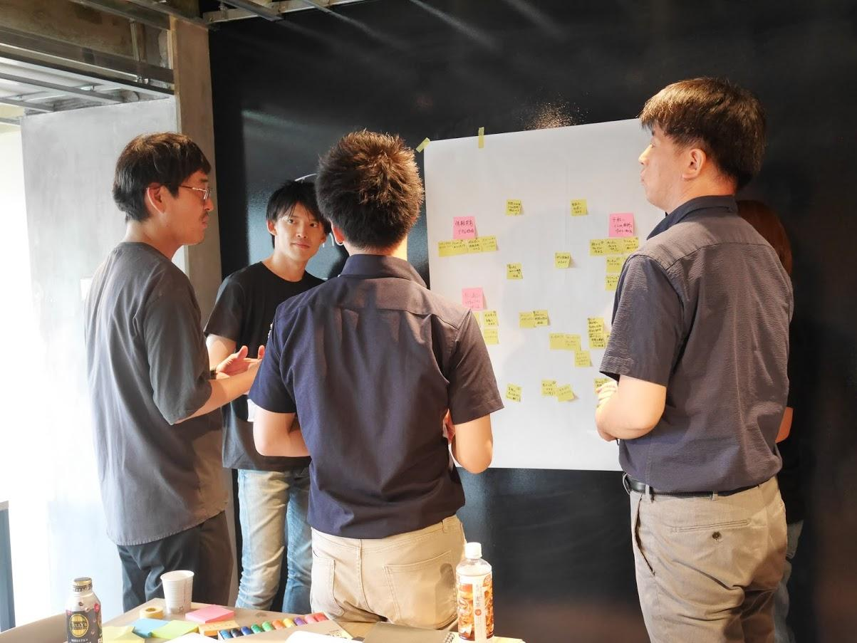 ビジネスコンテスト参加者と議論する井登氏_Mr. Inobori discussing with business contest members.JPG