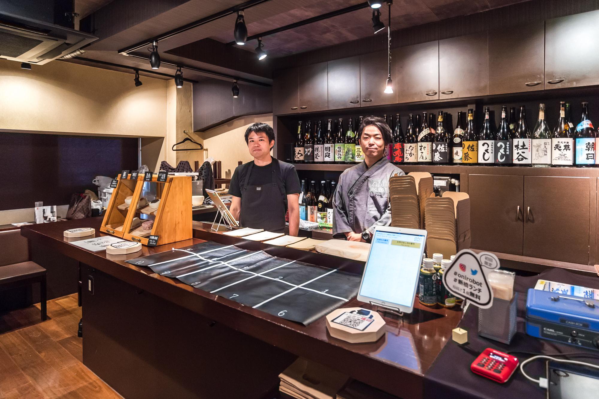 1_新橋にオープンした実証店舗に立つ池野(左)_Ikeno at the OniRobot pop-up store.JPG
