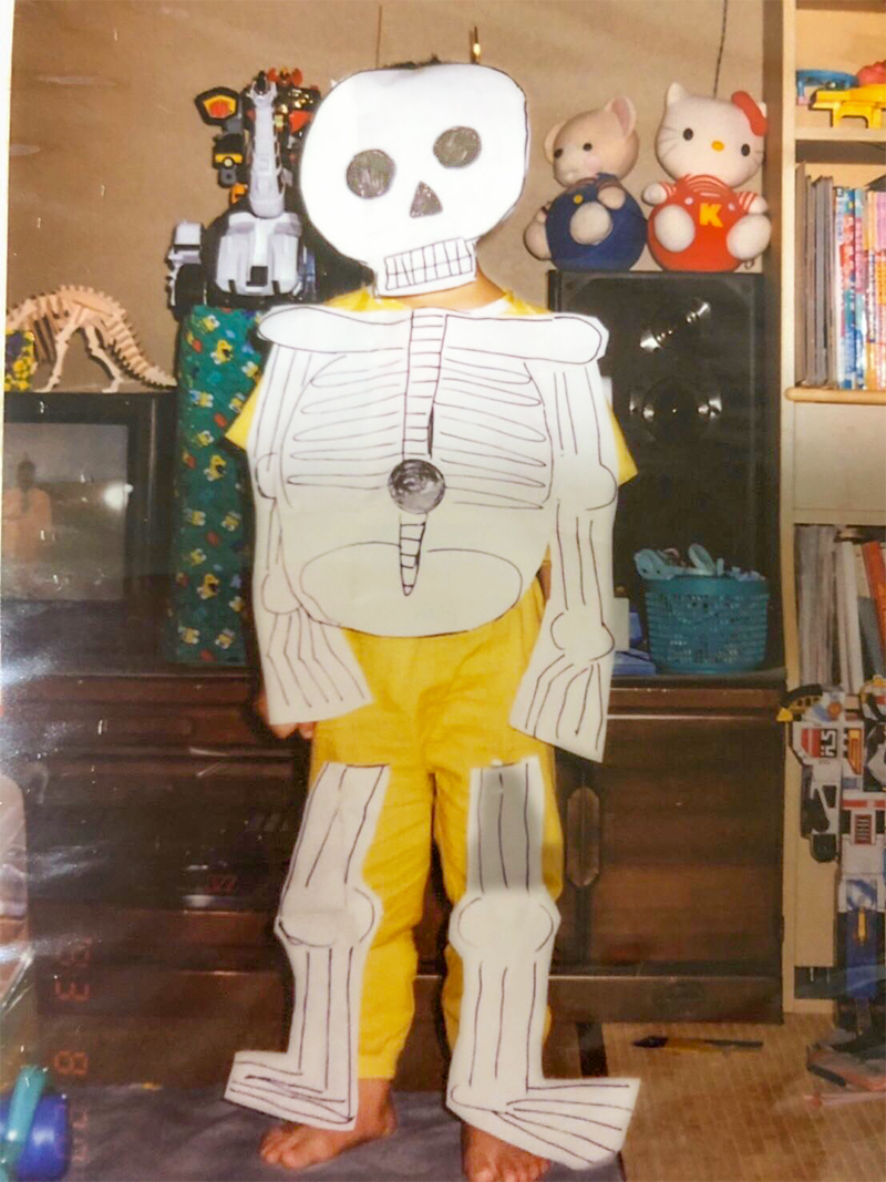 1_Picture of  a child sticking his own drew skeleton  on his whole body _自分で描いたガイコツを全身に貼りつけている子供の写真