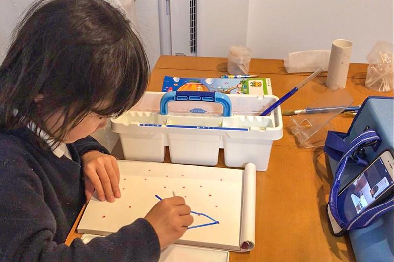 4_Picture of verifying the drawing studio through video calls_ビデオ通話を通してお絵描きスタジオの検証 を行っている様子の写真