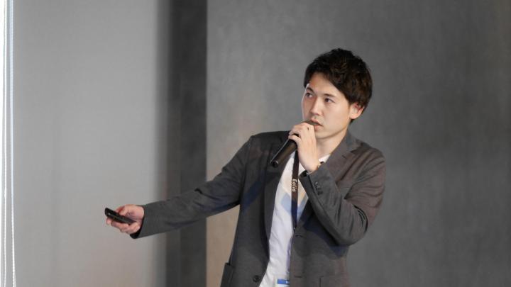 1_春日がプレゼンしている様子_Kasuga on his pitch.jpg