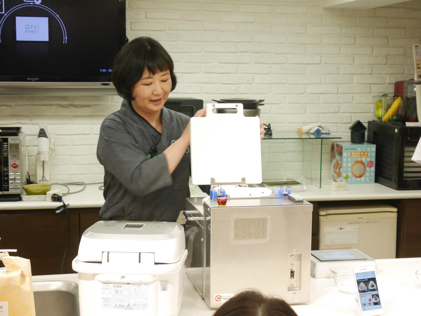 9_OniRobotを紹介する加古_Saori showing OniRobot.JPG