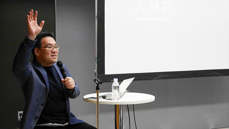 1_会場とコミュニケーションをとる谷口_Taniguchi communicating with attendees.jpg