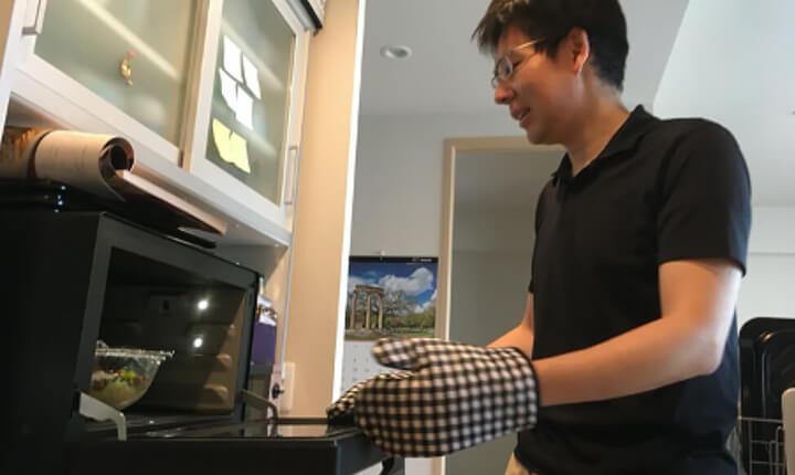 2_作りおき料理を調理するプロジェクトメンバーの青柳_Picture of chaptar-image_cooking